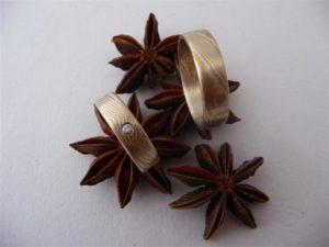 Mokume Gane Ringe mit zwei Sterne innen . Im Damenring ist ein Brillant 0,03 ct. eingerieben verwendetes Material Gelbgold 917 Schneesilber 960