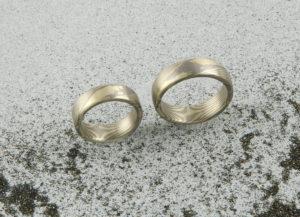 Mokume Gane Ringe mit zwei Sternen innen. Grüngold und Palladium 500