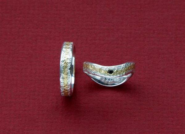 Eisschlagringe geschmiedet der Damenring ist geschwungen und mit schwarzen Spinell in Schneesilber und Gelbgold