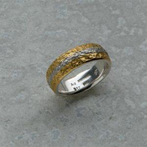 Eisschlagring in Gold und Silber handgefertigt aus der Goldschmiede Heider im südlichen Augsburger Landkreis Verlobungsring und Trauringe selbermachen