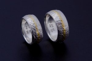 Eisschlagringe Bombiert in Schneesilber und Gold Anlaufbeständiges Silber Handgeschmiedete Ringe