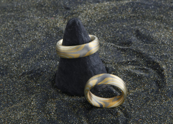 Mokume Gane Ringe eineinhalbfach Damasziert mit 2 Sterne Innen und außen 1 Stern, gegenüberliegend sind Schlangenlinien in Gold Silber Palladium und Weissgold