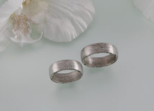 Spiegelbildliche Mokume Gane Ringe in Mirror Image .Die Ringe sind Spiegelbildlich geschmiedet in Palladium und Silber auch als anlaufbeständiges Schneesilber bekannt.